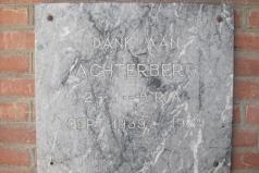 Achterbergsestraatweg 184, herdenkingsplaat WOII op voormalig schoolgebouw, 1979